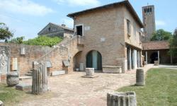 esterni del Museo provinciale di Torcello con alcuni reperti