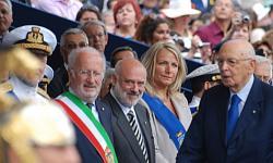 Il Presidente Giorgio Napolitano con le autorità locali alla festa della Marina militare